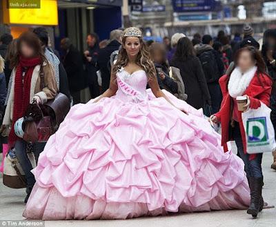 image 1 Wanita Pakai Gaun Pengantin 76 Kg Bikin Heboh di London