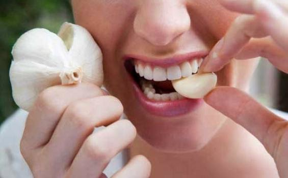 Sediakanseulas bawang putih yang telah ditumbuk dan dicampurkan sedikit madu, putih telur untuk merawat jerawat.