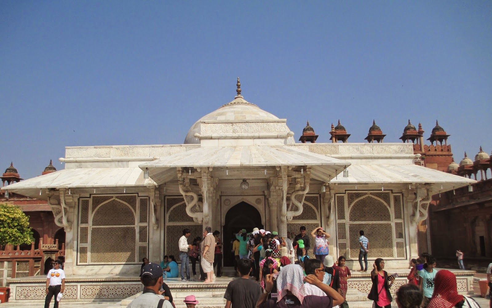 "buland darwaza Tourists visiting fatehpur sikri can not miss the buland darwaza it is well termed  as ""gate of magnificence"" this building was built by emperor akbar to."