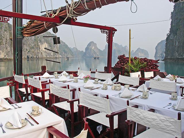 La salle à manger sur le pont arrière de la jonque Dragon's Pearl