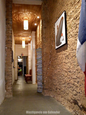Le Pompon Rouge: O corredor de entrada
