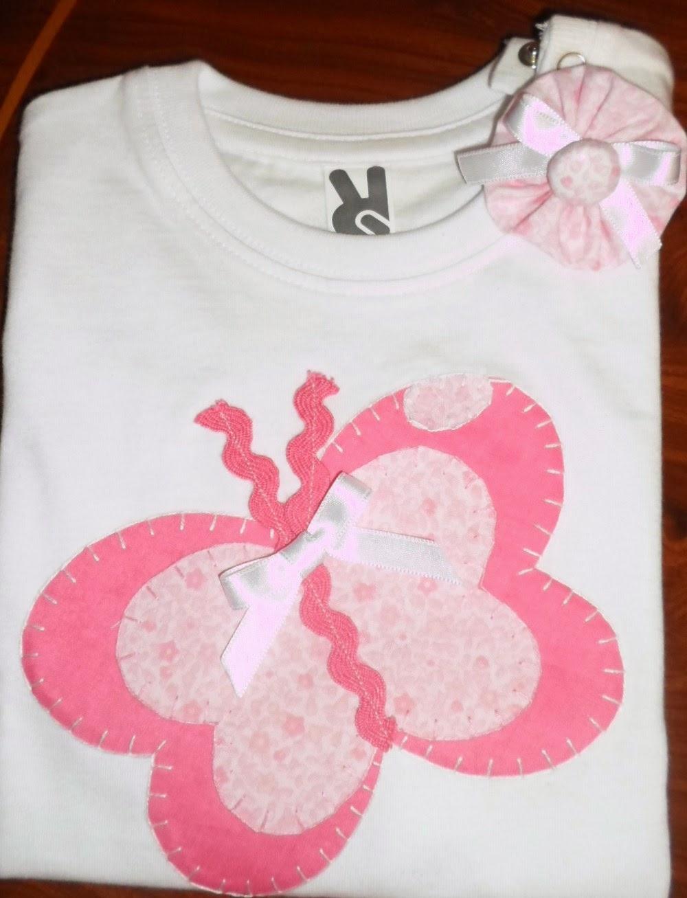 camiseta con aplicación de mariposa rosa