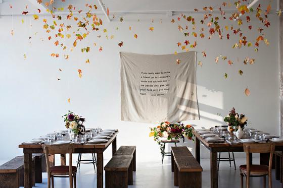 imagen_otoño_evento_decoracion_mesa_hojas_flores_vajilla