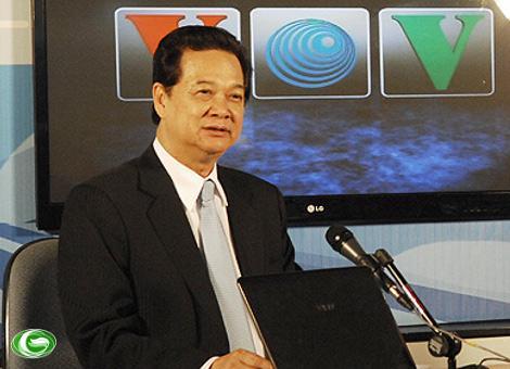 """Thủ tướng Nguyễn Tấn Dũng qua làn sóng VOV trực tiếp gửi thông điệp """"Năm an toàn giao thông Quốc gia 2012""""."""