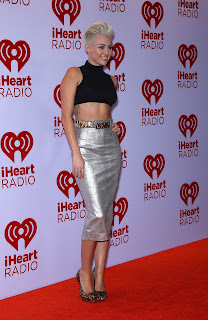 Miley Cyrus strikes a pose for cameras at red carpet