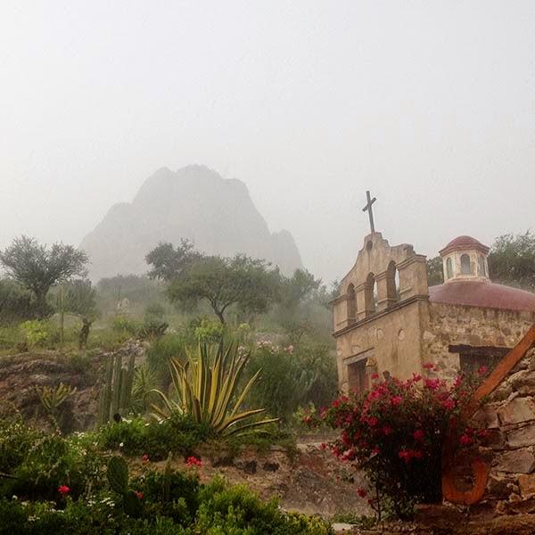 Vista de la Peña de Bernal y la capilla del Hostal Medieval cubriendo de niebla antes de la tormenta. Aprovechando el contacto con la naturaleza recobraremos fuerzas para la segunda parte del viaje que continuará en Yucatán, la tierra de los mayas.