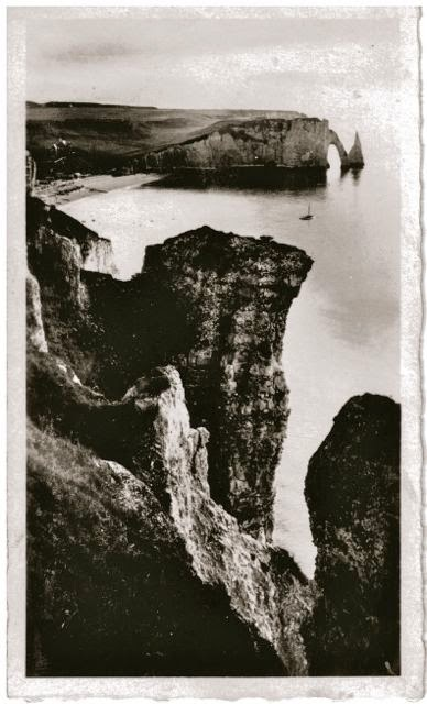 The Travelled Monkey - Etretat