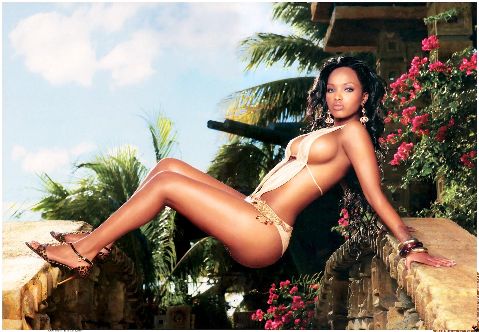 Фото африканок без купальников, Африканка загорает на шезлонге без бикини 3 фотография