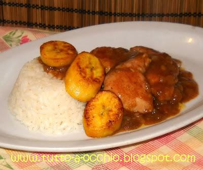 Pollo al curry con platano e riso