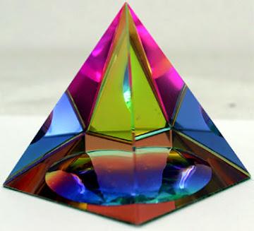 Κρυστάλλινη πυραμίδα με τα χρώματα του ουράνιο τόξου για να φέρει την αρμονία στο σπίτι σας και να