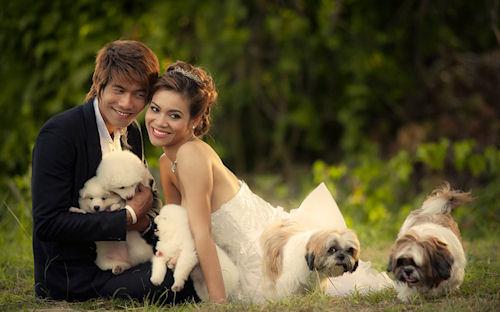 Una pareja feliz con sus pequeños cachorros