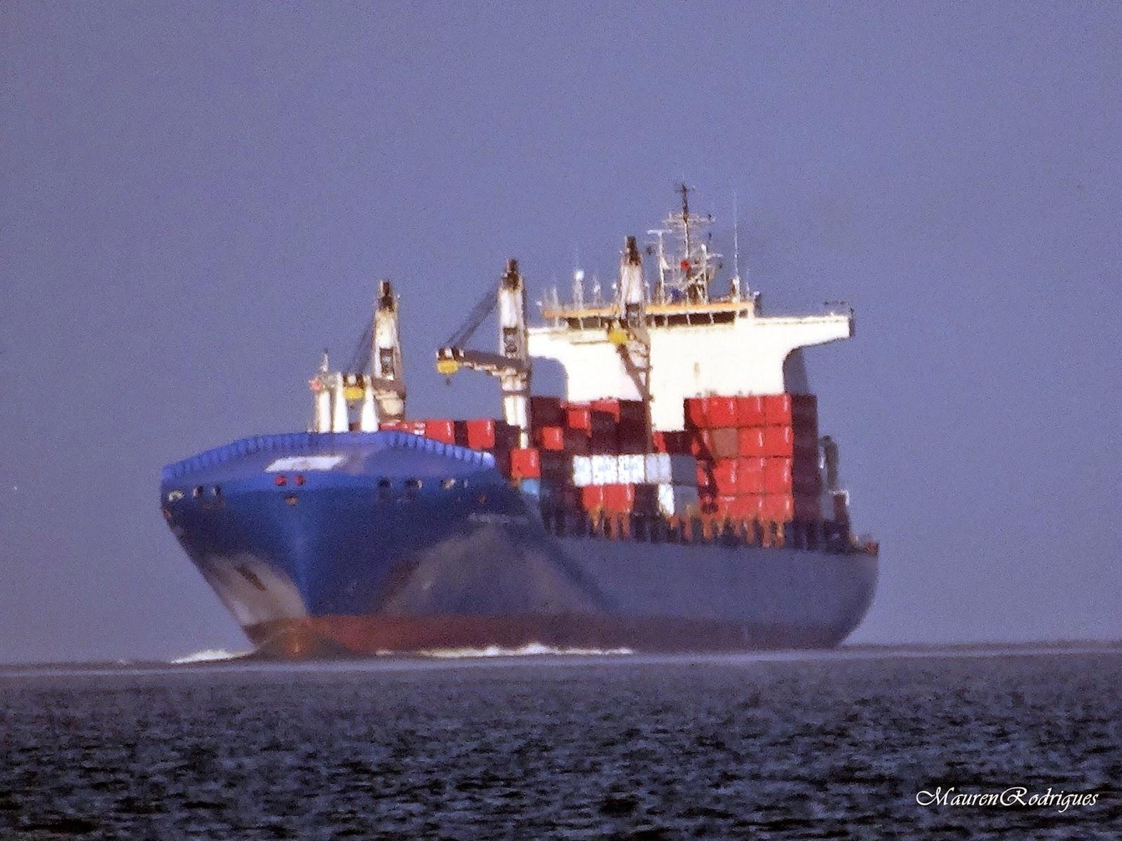 Navio entrando no porto de Rio Grande