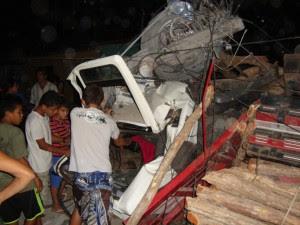 Caminhão desgovernado destrói casas e atinge veículos em Viçosa do Ceará