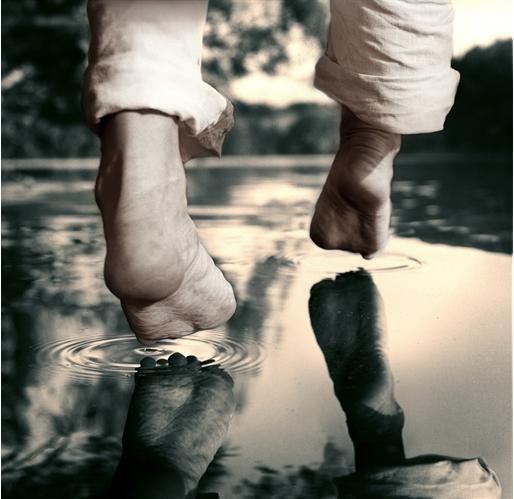 corriendo, pies, descalzo, agua, pisadas