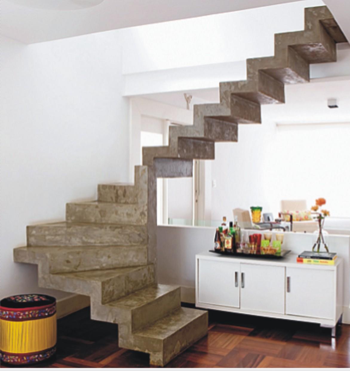 Escada plissada revestida em cimento queimado natural é o destaque  #B39118 1172x1241 Banheiro Com Parede De Cimento Queimado