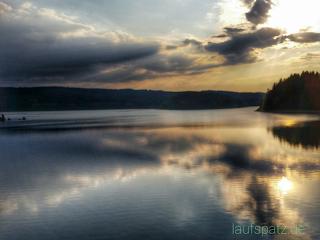 Blick auf einen See im Frühjahr beim Laufen