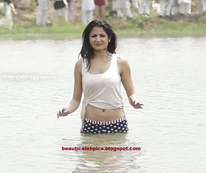 Pics For > Anushka Sharma In Matru Ki Bijlee Ka Mandola ...