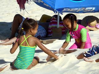 Fillettes sur la plage