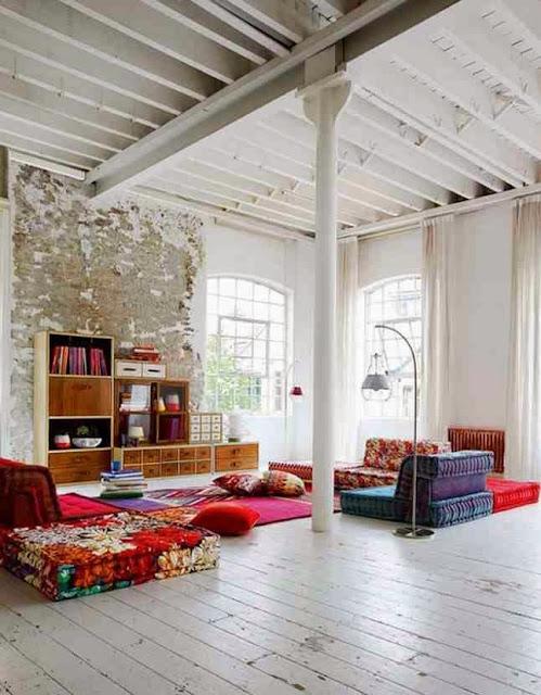 Aranżacja wnętrza loftu z kolorowymi akcentami