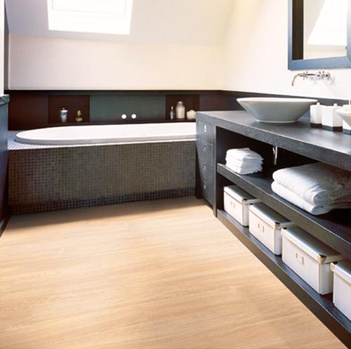 Ba o blanco suelo madera - Suelos para cocinas y banos ...