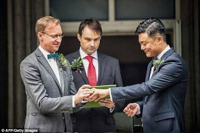 Pernikahan diplomat Brian Davidson dengan Scott Chang