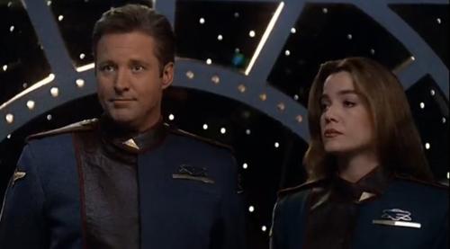 Capitão Sheridan e comandante Ivanova, de Babylon 5.