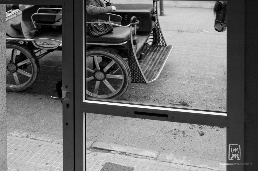 foto d'un carruatge dels 3tombs passant per davant de casa