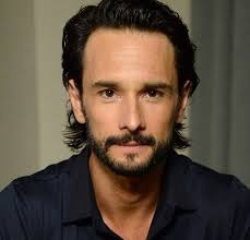 What is the height of Rodrigo Santoro?