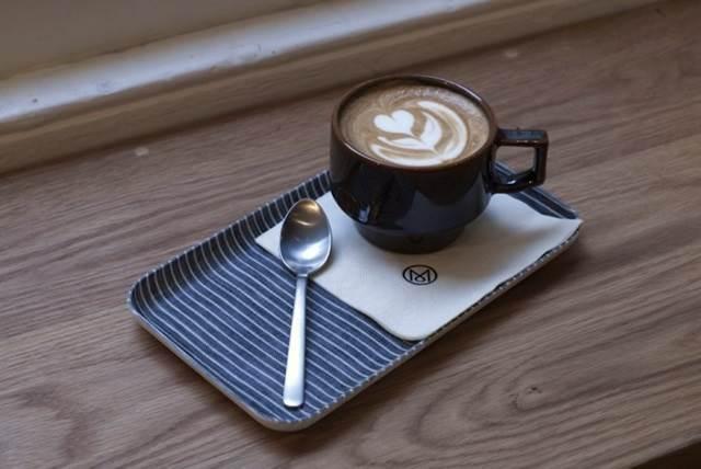 kopi latte dengan hiasan