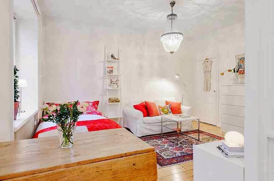 Aranżacja wnętrza w skandynawskim stylu, białe wnętrze, orientalny dywan, kolorowe dodatki i  skandynawskie dekoracje