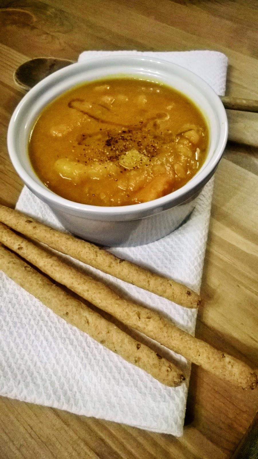 zuppa di zucca al profumo di marsala con grissini integrali ai semi di lino