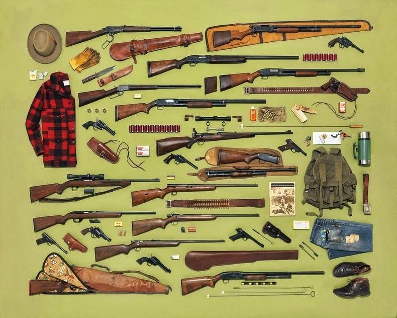 مجموعة من الأسلحة مرتبة ترتيبا دقيقا وتم تصويرها من أعلى