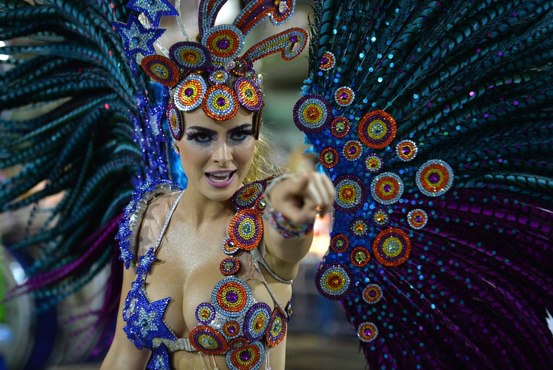 Бразильские девушки на карнавале в Рио-де-Жанейро