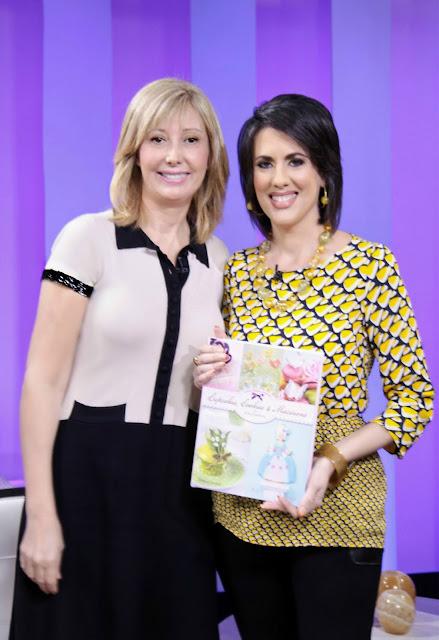 Mercedes Soler con el libro: Cupcakes, Cookies & Macarons de Alta Costura de Patricia Arribálzaga