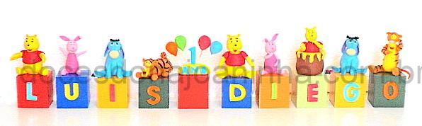 Cubos decorados com o nome e idade do aniversariante e o Ursinho Pooh, Ió, Tigrão e Leitãozinho.