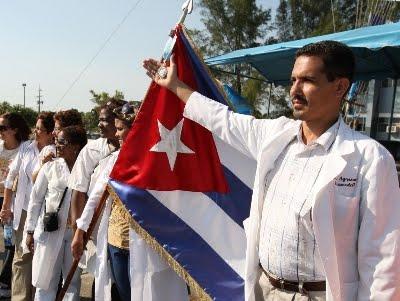 Médicos cubanos desembarcam em Luanda