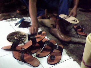 pengrajin sandal tarumpah