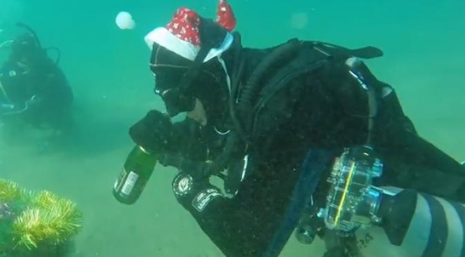 Keren ! Rayakan Tahun Baru Dengan Menyelam Di Air Es