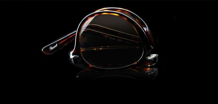 """403a85e37944 Znany już wówczas amerykański aktor Steve McQueen pojawił się w tych  okularach w filmie  Sprawa Thomasa Crowna  (org.  The Thomas Crown Affair"""")."""