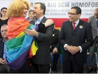 Isso é o fim; policiais e bombeiros fardados em parada gay no Rio