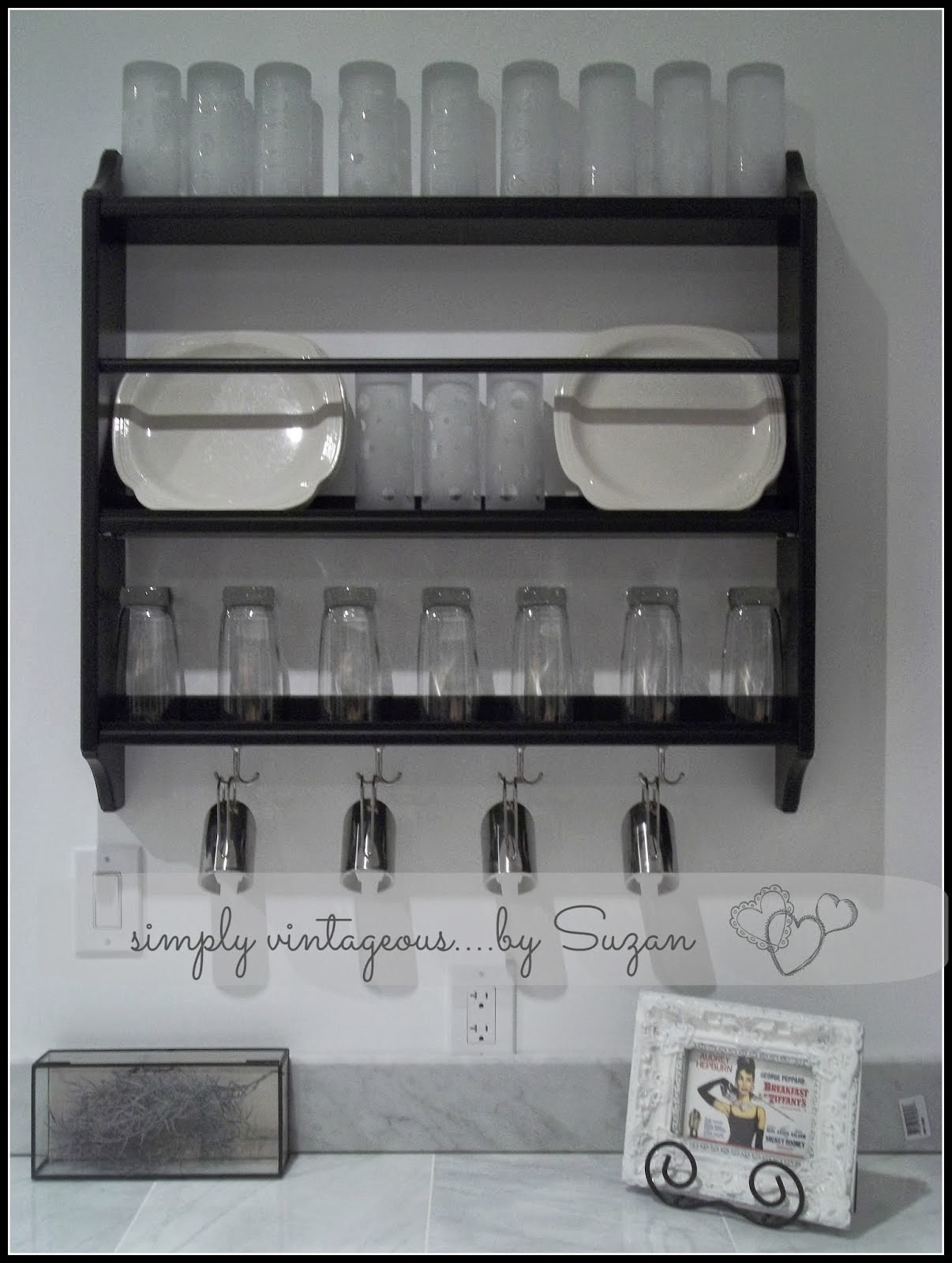 Kitchen plate racks instead of cupboards