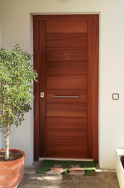 Fusteria y ebanisteria cano puerta exterior en madera de for Puertas en madera para exteriores