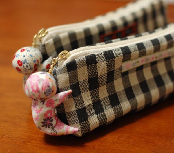 Pencil Case DIY - - This is from a massive list of 16 Awesome Free Pencil Case Tutorials!