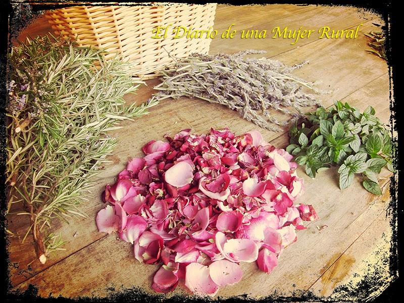 Romero, lavanda, hojas de menta y pétalos de rosa