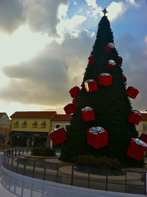 Fake-Christmas-Tree-at-the-Tanger-Outlet-in-DeerPark