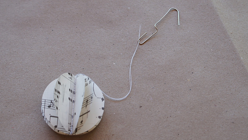 EASY PAPER CHRISTMAS DECOS  a handy tree hanging tip