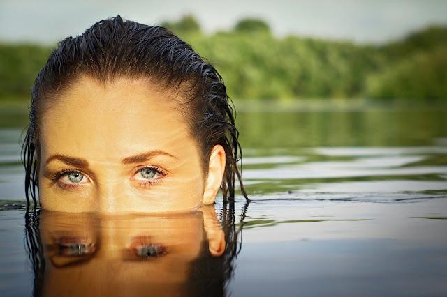 фотосессия девушки погруженной в воду с отражением глаз в воде