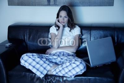 ماذا تفعلين حتى لا يتركك زوجك في المنزل بمفردك  - امرأة وحيدة وحدها فى المنزل - woman home alone