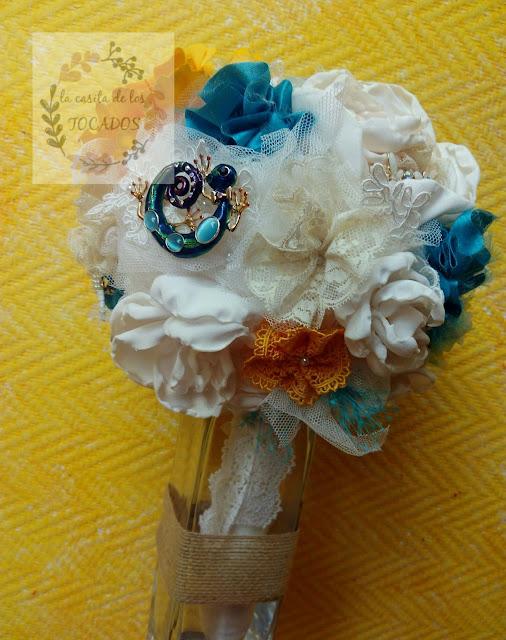 ramo artesanal de tela y broches para novia