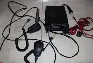 Tre stycken mikrofoner följer med. Polismic, Fjärrstyrningsmic, och orginalmikrofonen. DSP kortet har jag köpt extra och sitter inuti radion. HÄr syns också strömkablarna.